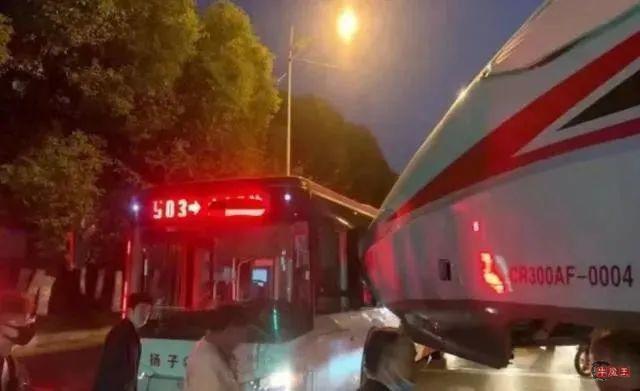 南京公交车被复兴号撞了,说不来你可能不信。-牛魔博客